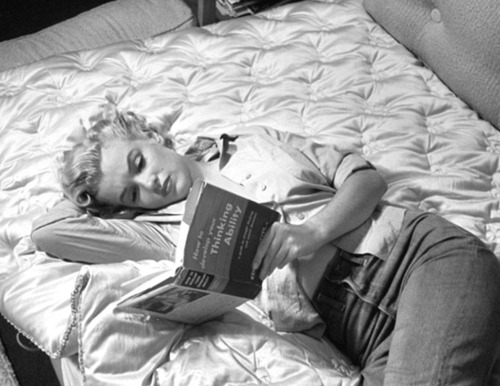 black-and-white-blonde-book-marilyn-monroe-reading-Favim.com-316843