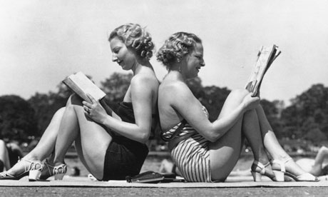 vintage-women-reading-on-holiday